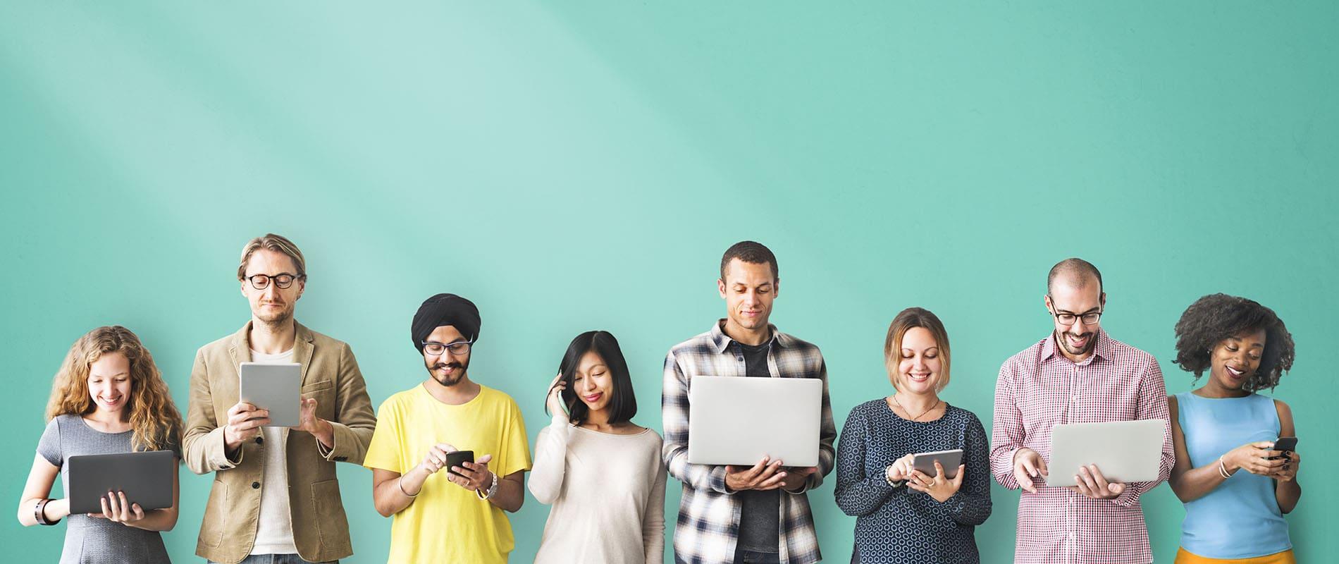 Fotografía gente consultando ordenadores, móviles y tablets
