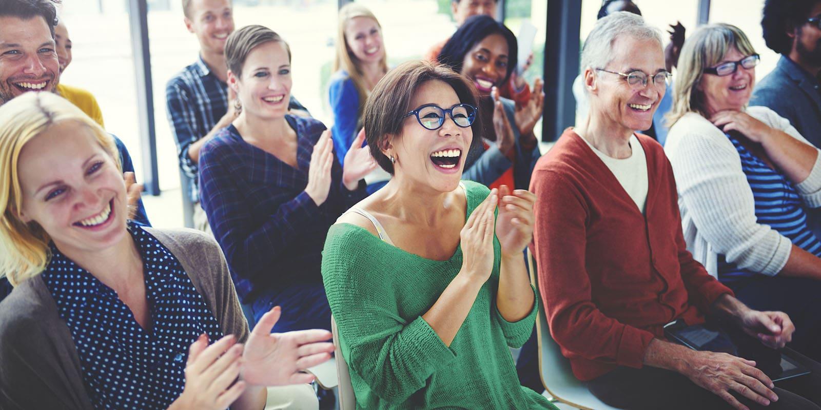 Fotografía gente feliz aplaudiendo